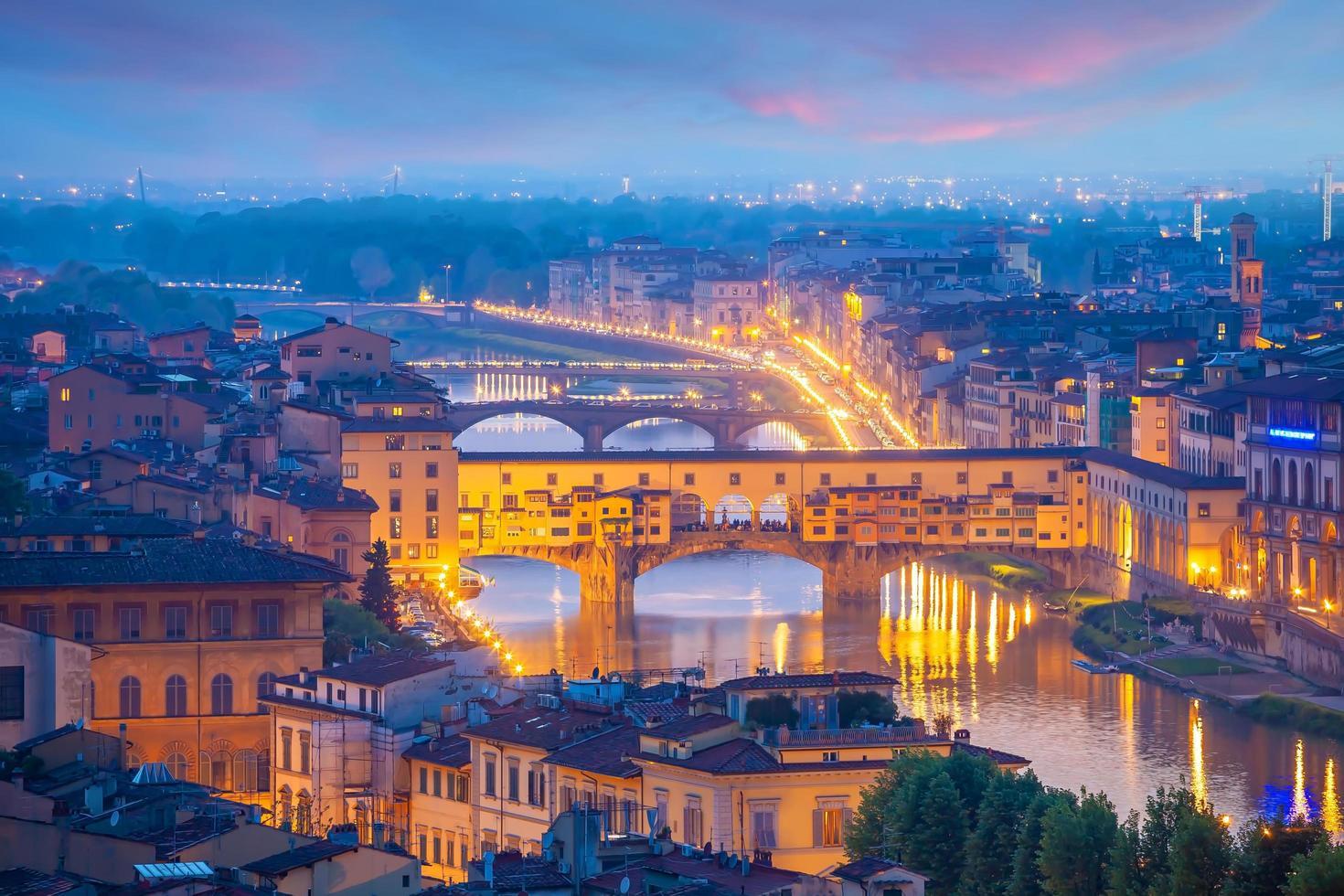 Ponte Vecchio y el horizonte del centro de la ciudad de Florencia paisaje urbano de Italia foto