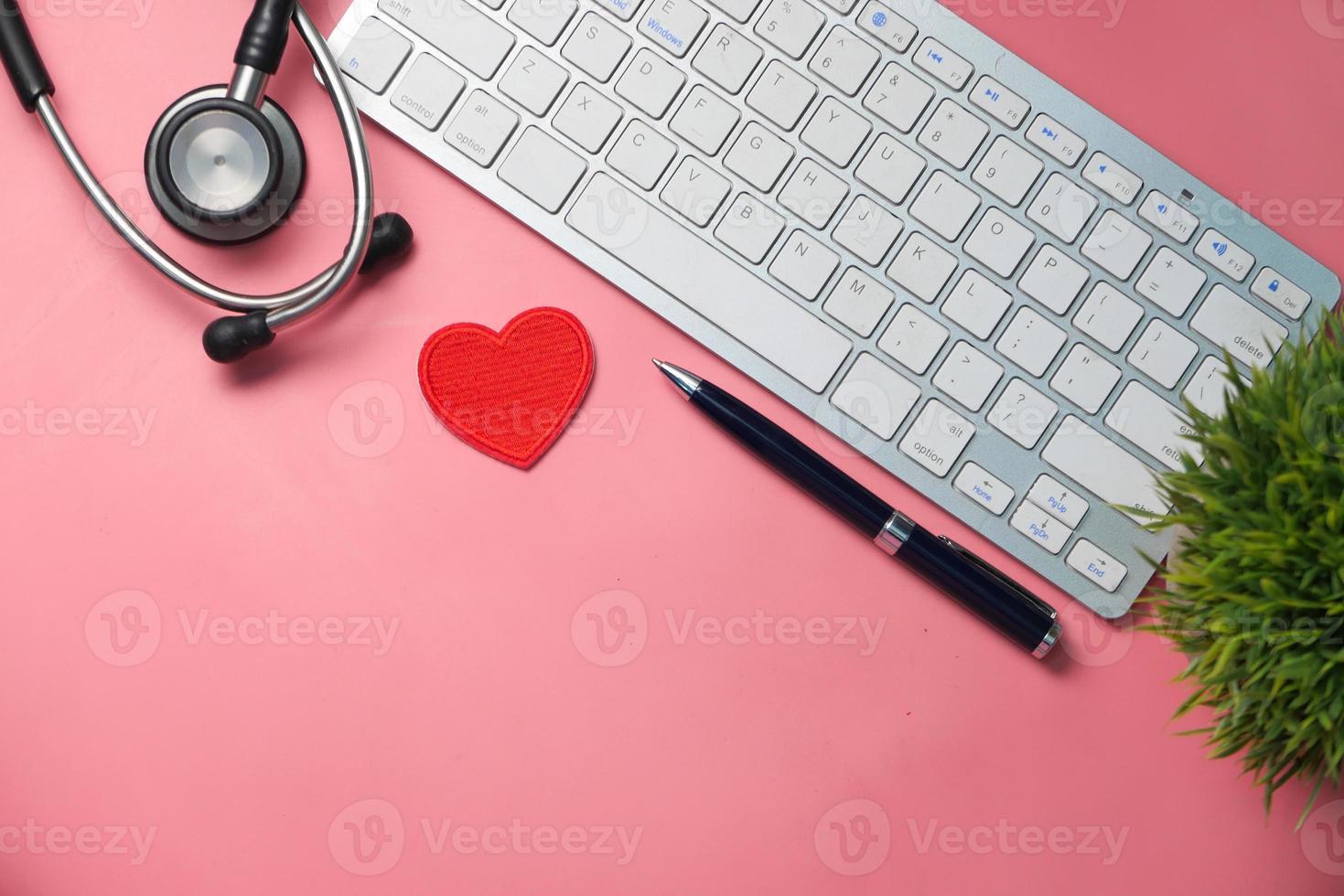lugar de trabajo del médico sobre fondo rosa foto