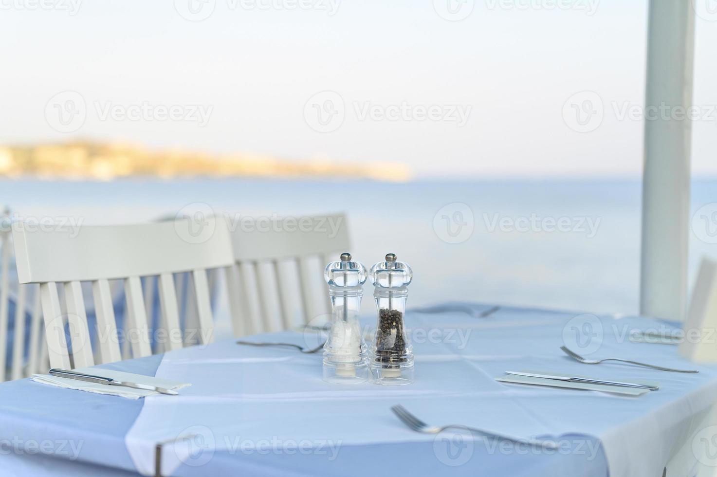 Mesas de café en el mar, enfoque selectivo foto