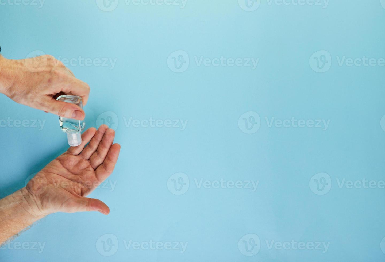 cómo protegerse de la infección por covid-19, plano sobre un fondo azul foto