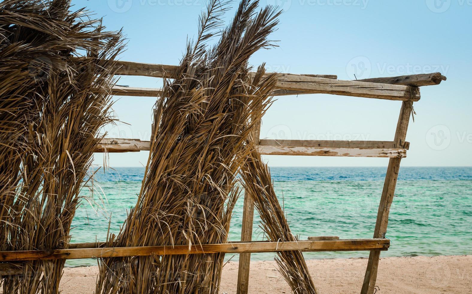 primer plano, de, un, ruinoso, choza, en la playa foto