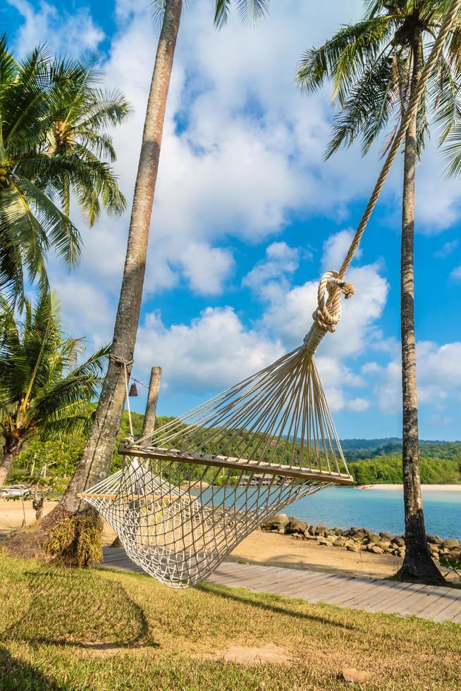 hamaca en la playa y el mar foto