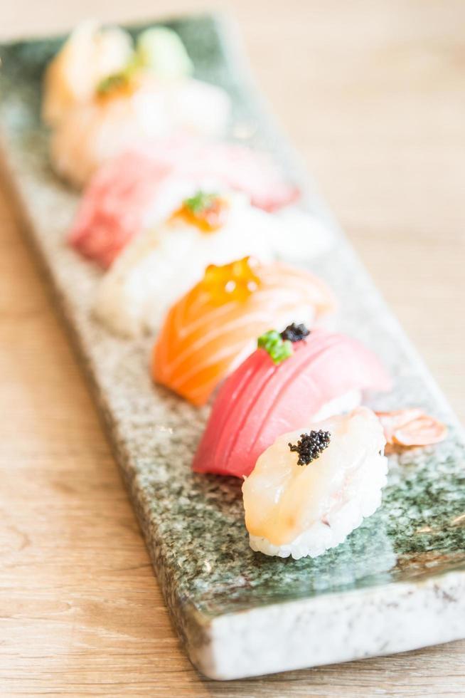 punto de enfoque selectivo en rollo de sushi foto