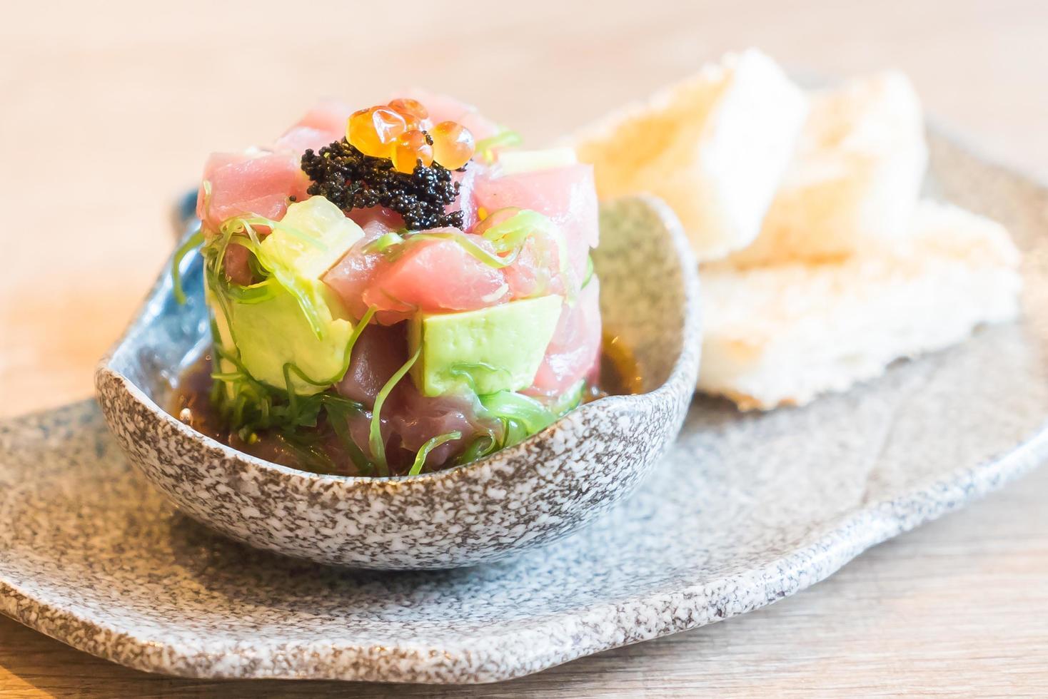sashimi de atún fresco crudo con aguacate foto
