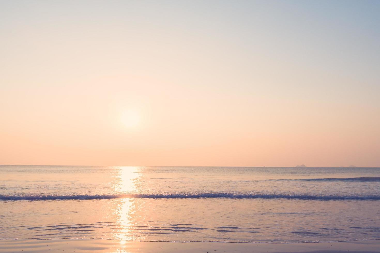 hermoso amanecer en la playa foto