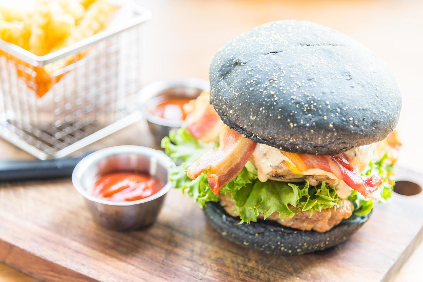 hamburguesa con pan negro foto