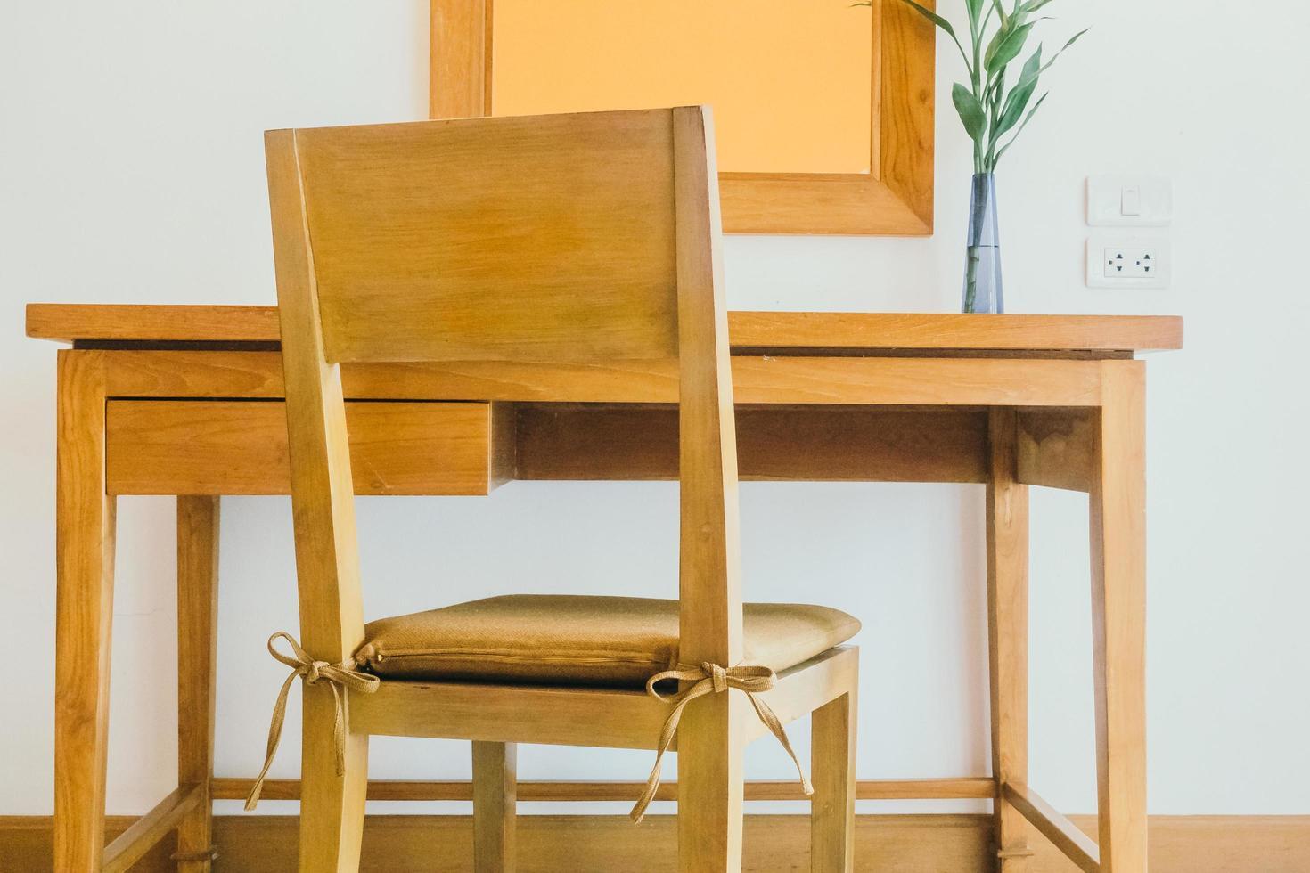 decoración de mesa y silla de madera en la sala de estar foto