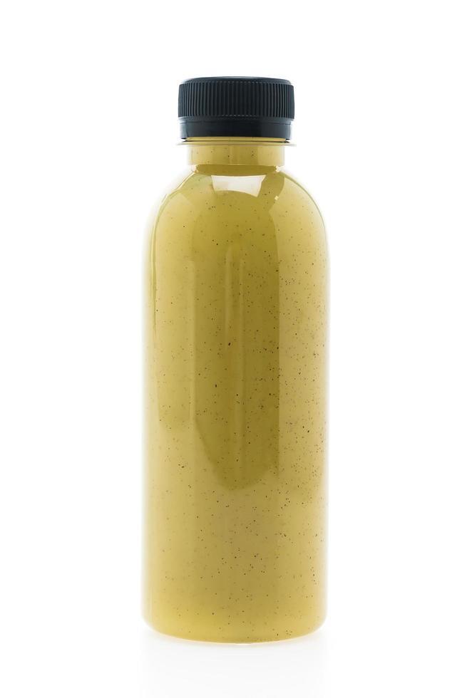 Botella de jugo de kiwi aislado sobre fondo blanco. foto