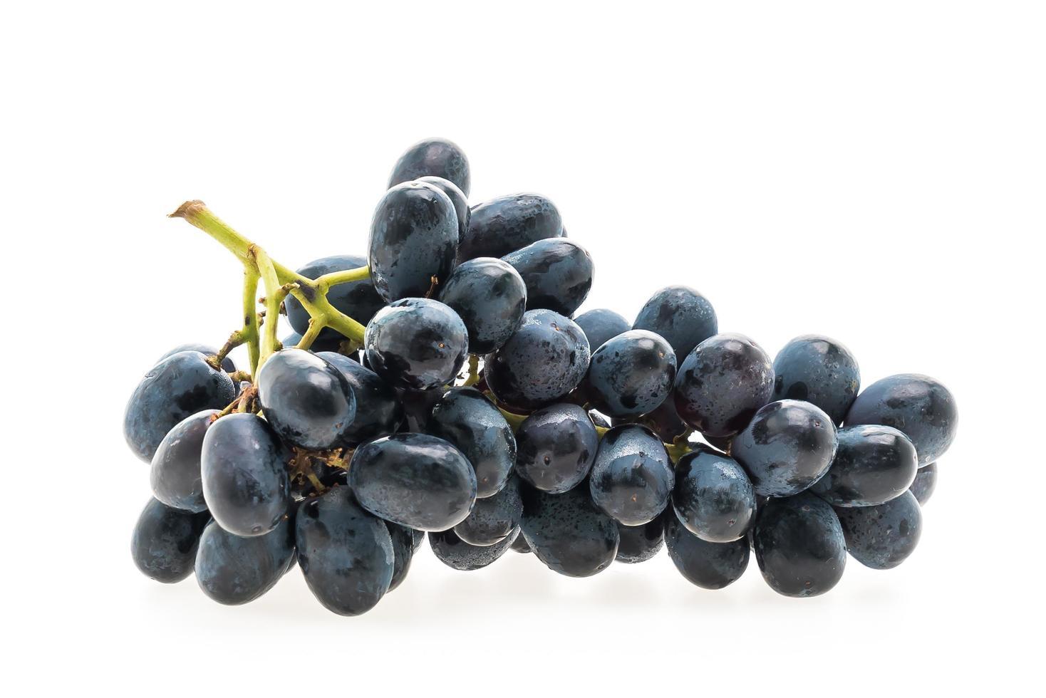 Fruta de uvas aislado sobre fondo blanco. foto