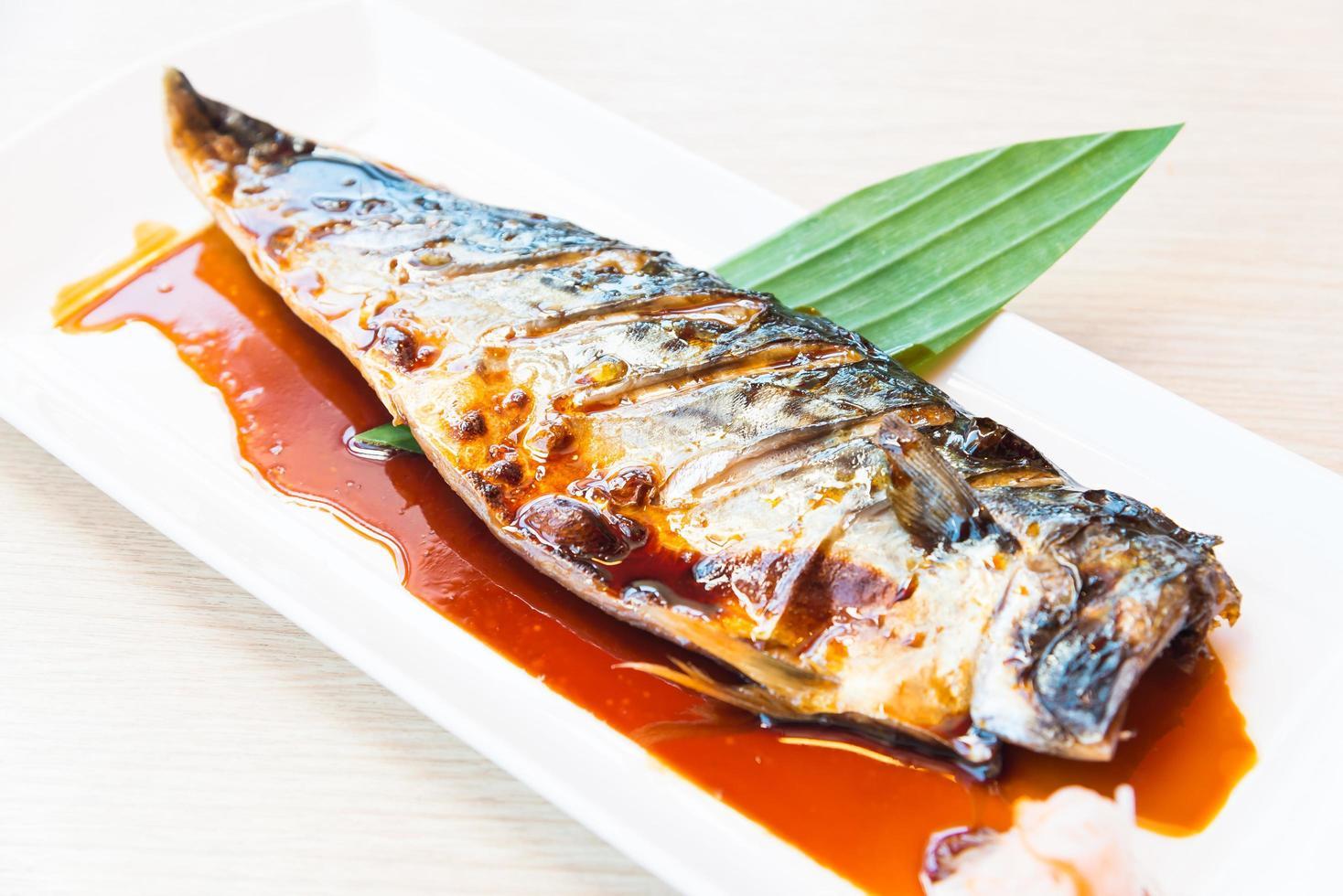 pescado saba a la plancha con salsa dulce encima foto