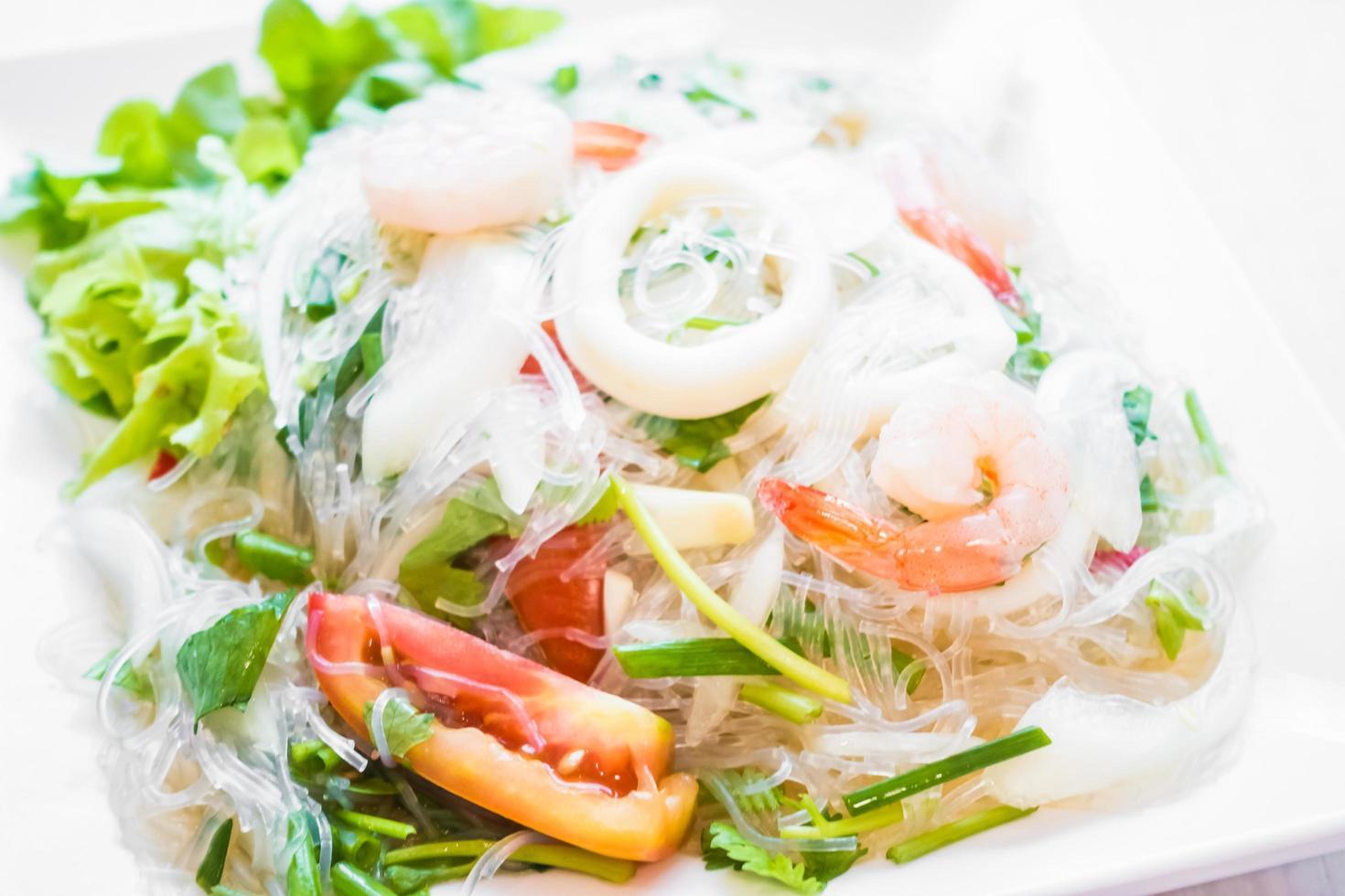 ensalada picante con mariscos foto