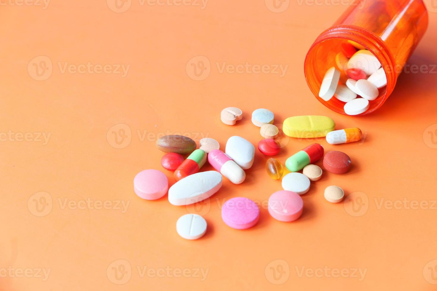 Cerca de muchas píldoras y cápsulas de colores foto