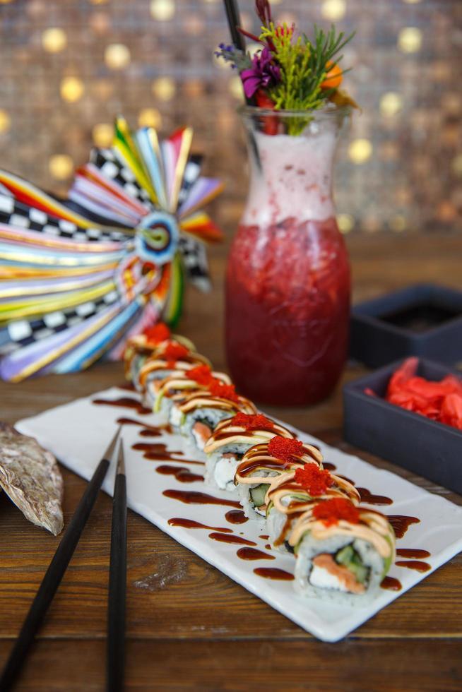 rollos de sushi cubiertos con salsa de sésamo foto