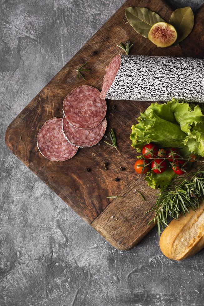 Vista superior del delicioso concepto de salami foto
