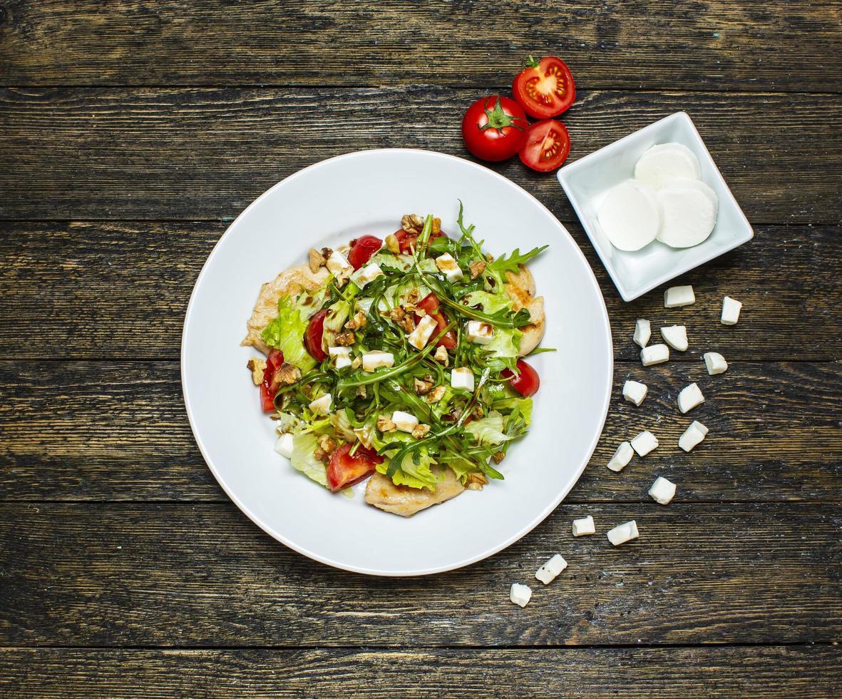 ensalada de verduras con pollo y nueces foto