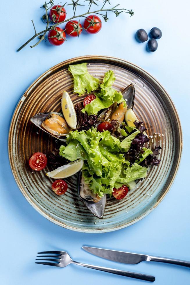 ensalada de verduras con ostras y limones foto