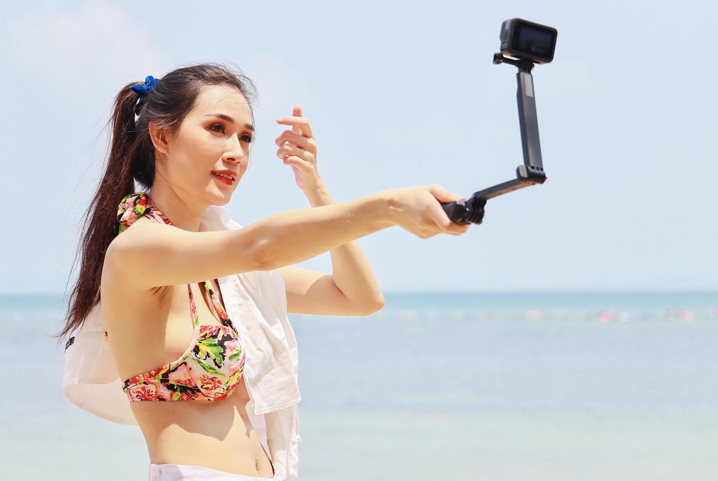 Hermosa mujer asiática feliz y relajada en las vacaciones de verano foto
