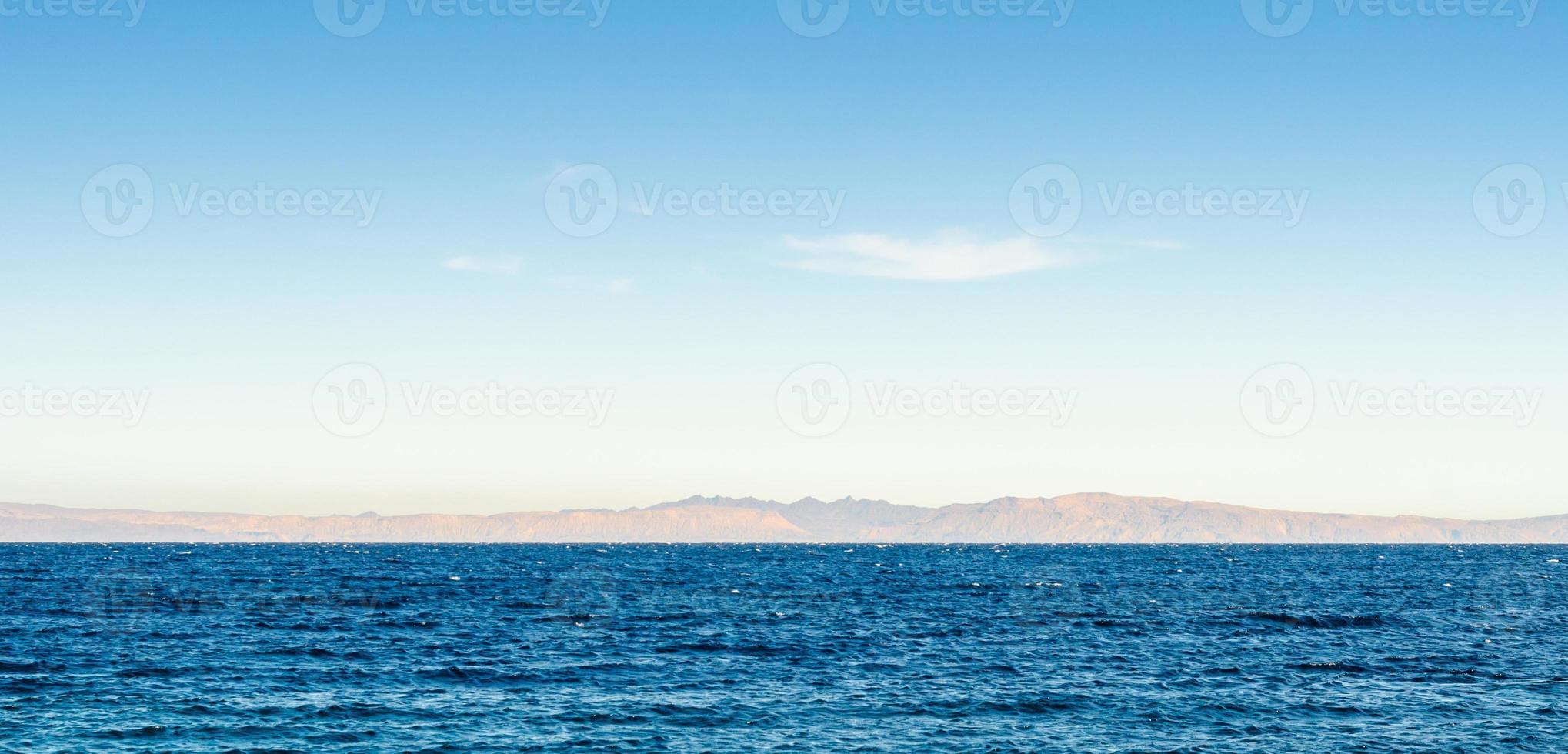 agua con montañas al fondo foto