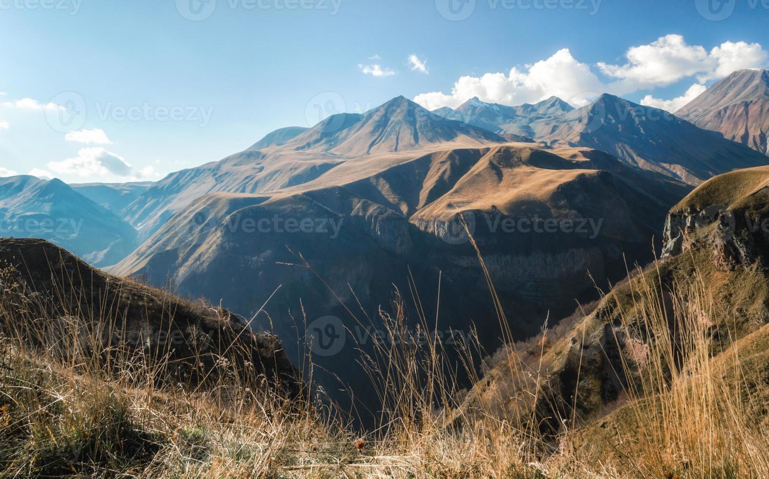 paisaje de montaña con cielo azul y nubes foto