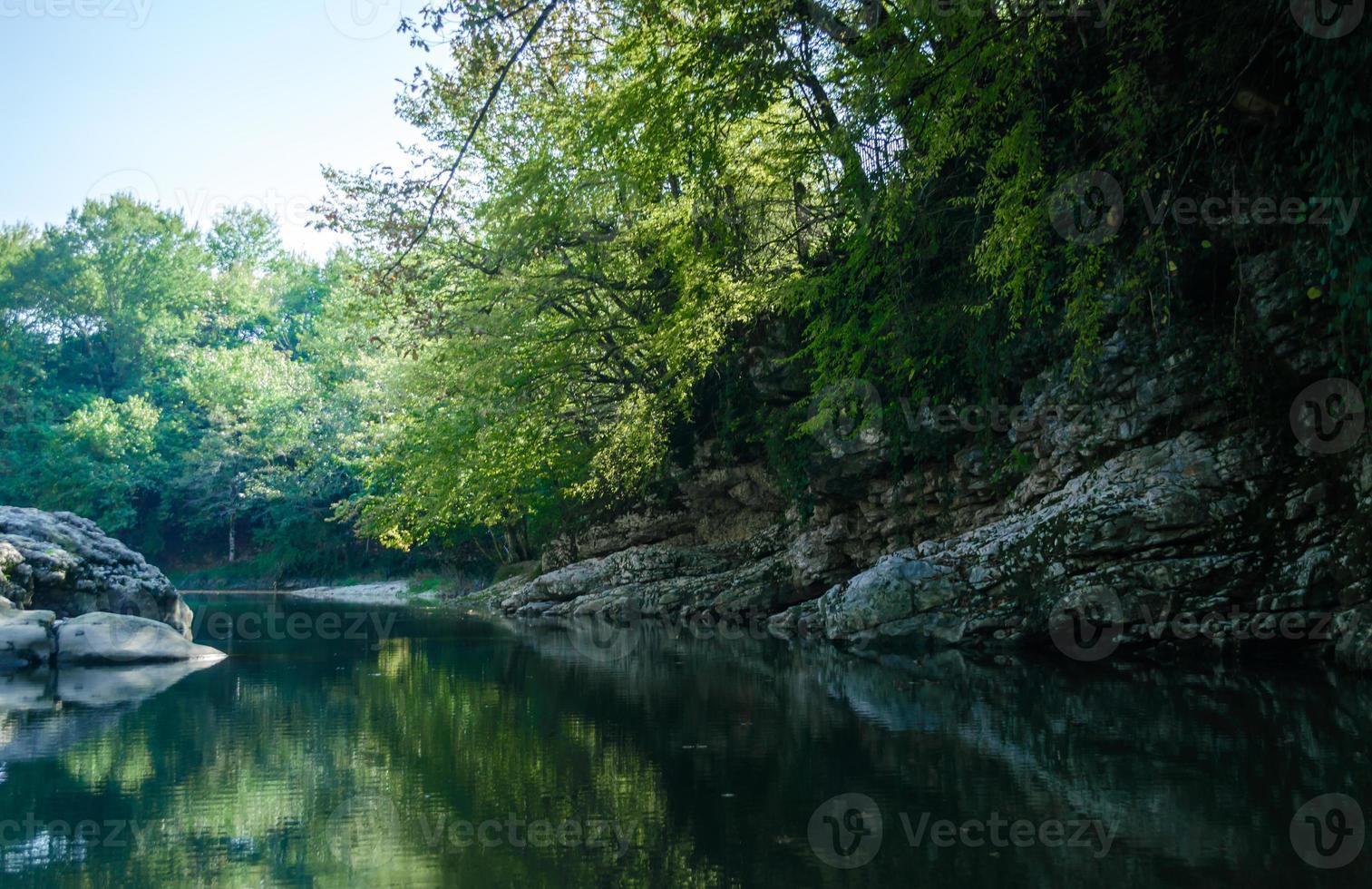 orilla rocosa de un río de montaña foto