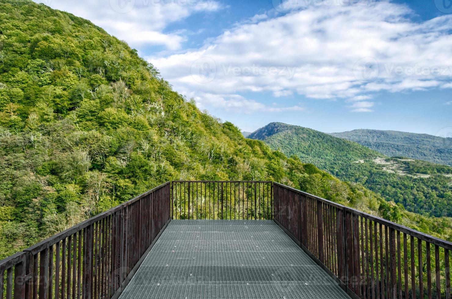 plataforma de observación con vistas a las montañas foto