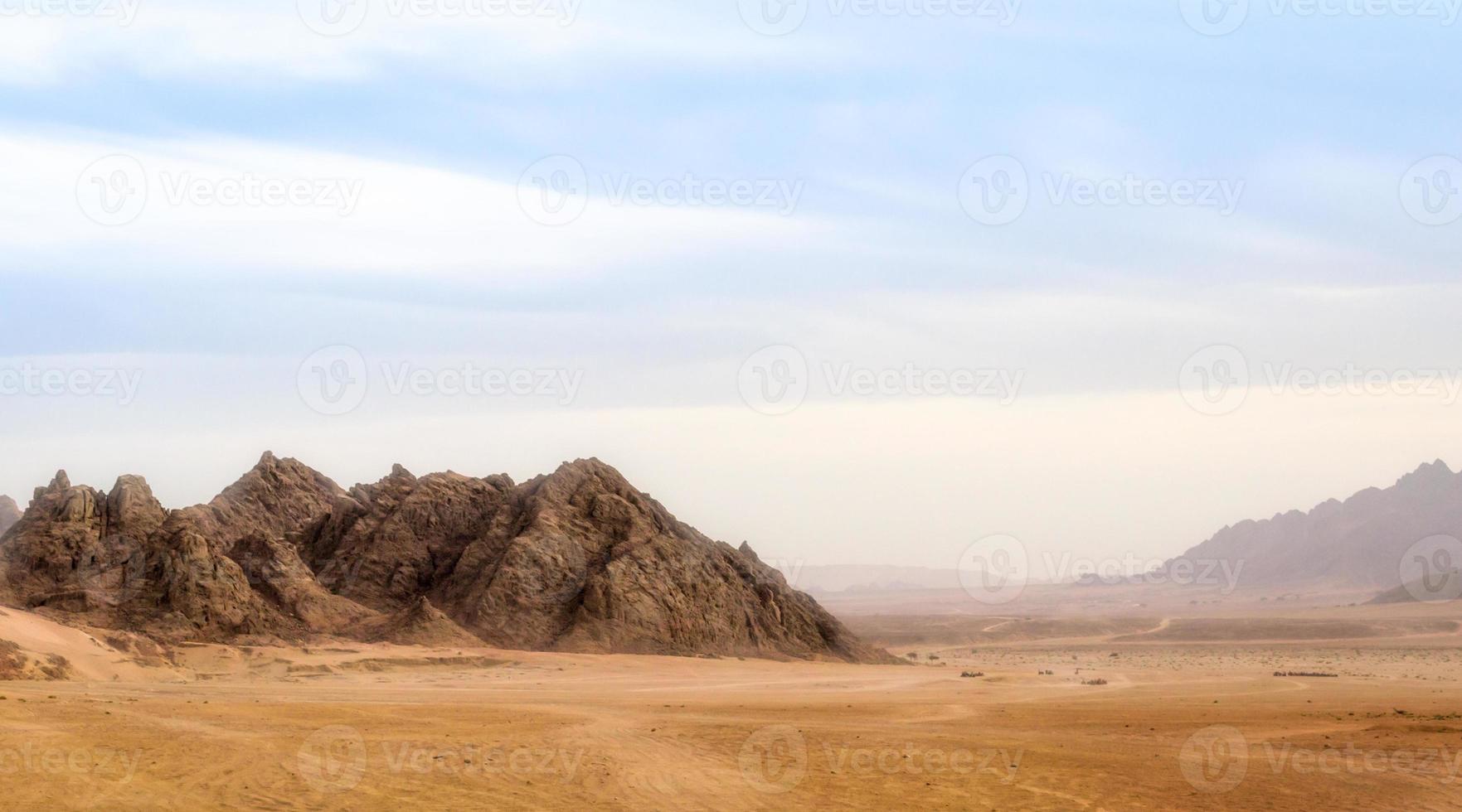 montañas contra un cielo azul y nubes foto