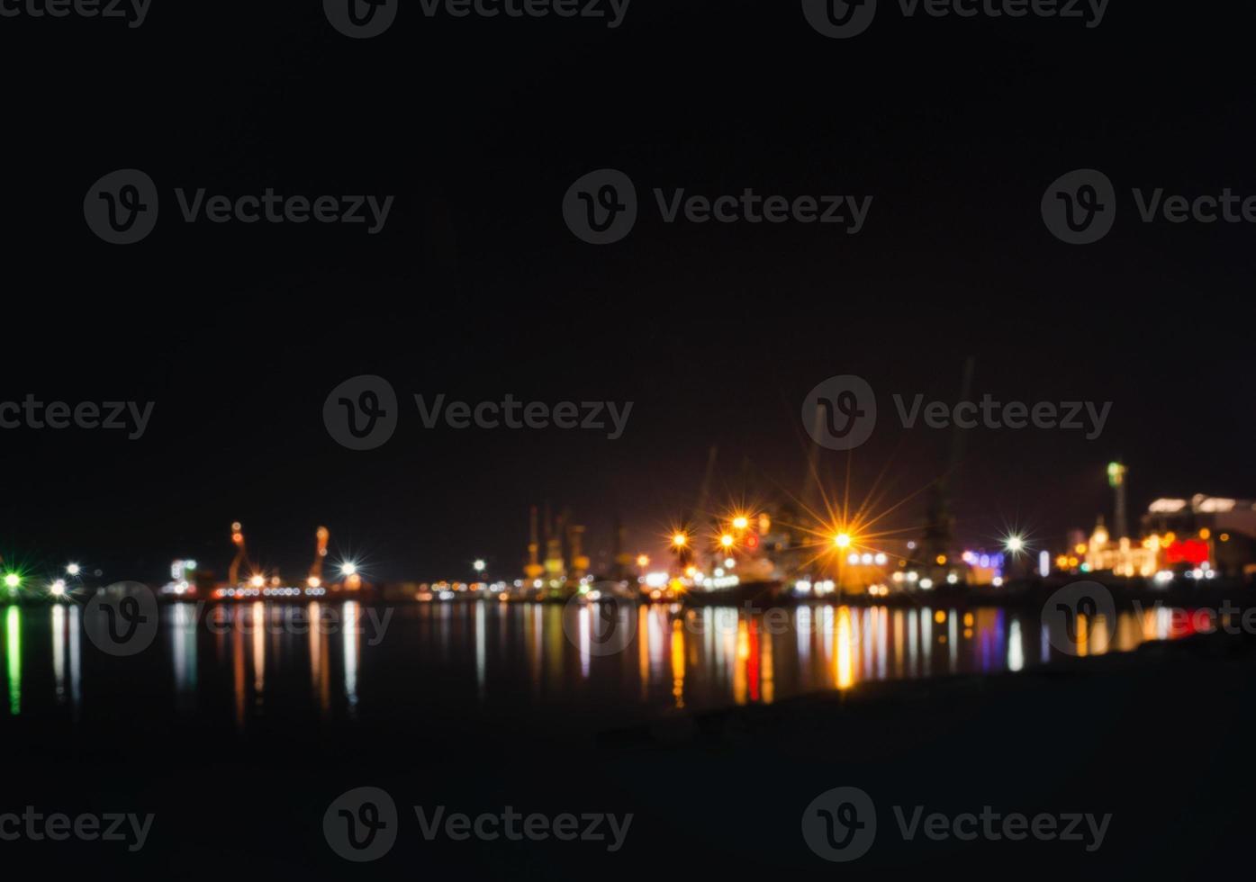 horizonte de la ciudad borrosa con reflejo foto