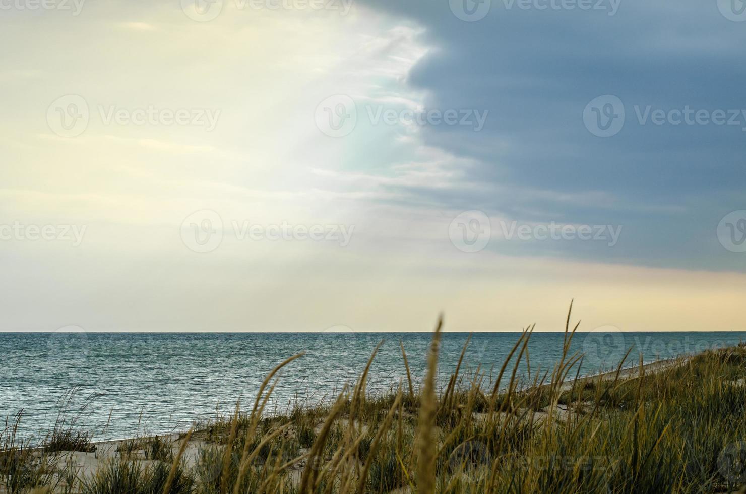 cielo azul y nubes sobre el océano foto