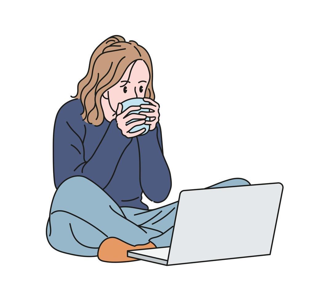 una mujer está sentada en el suelo mirando su computadora portátil y bebiendo una copa. ilustraciones de diseño de vectores de estilo dibujado a mano.