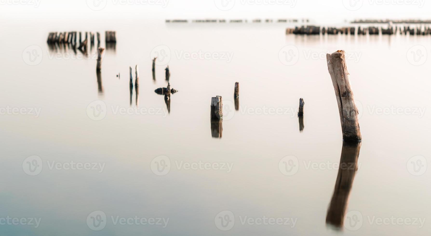 aguas tranquilas y columnas de madera foto
