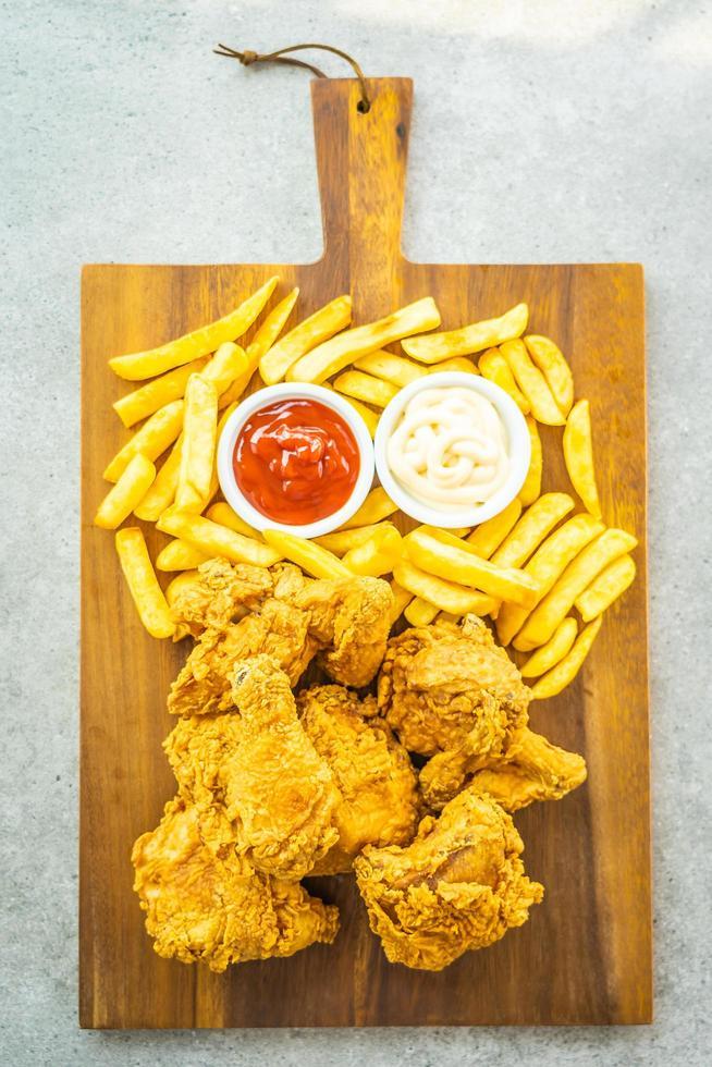 alitas de pollo frito con papas fritas y tomate o salsa de tomate y mayonesa foto