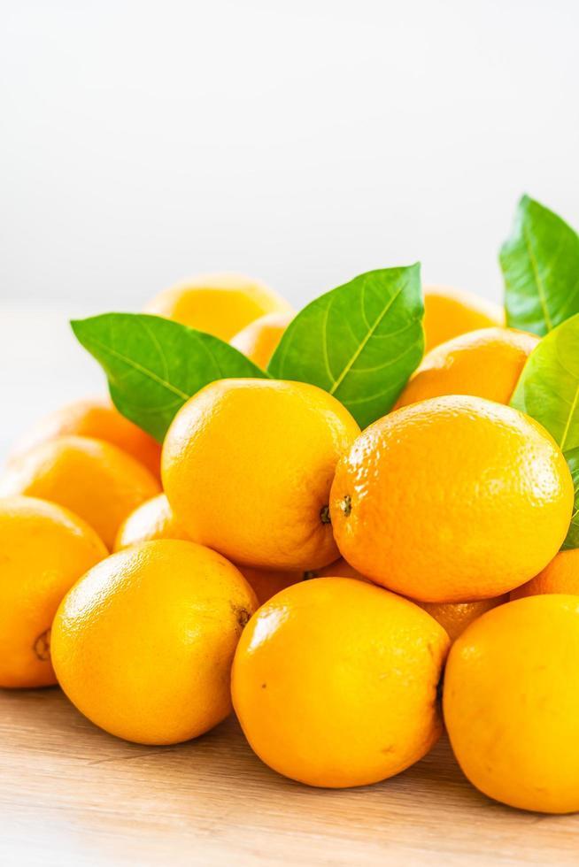 naranjas frescas en la mesa foto