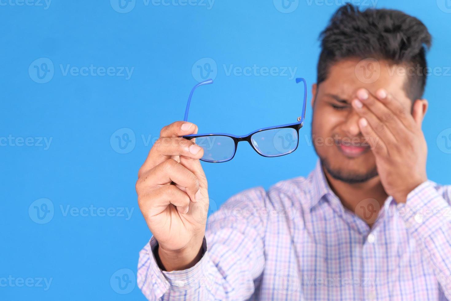 hombre que sostiene el ojo en el dolor foto