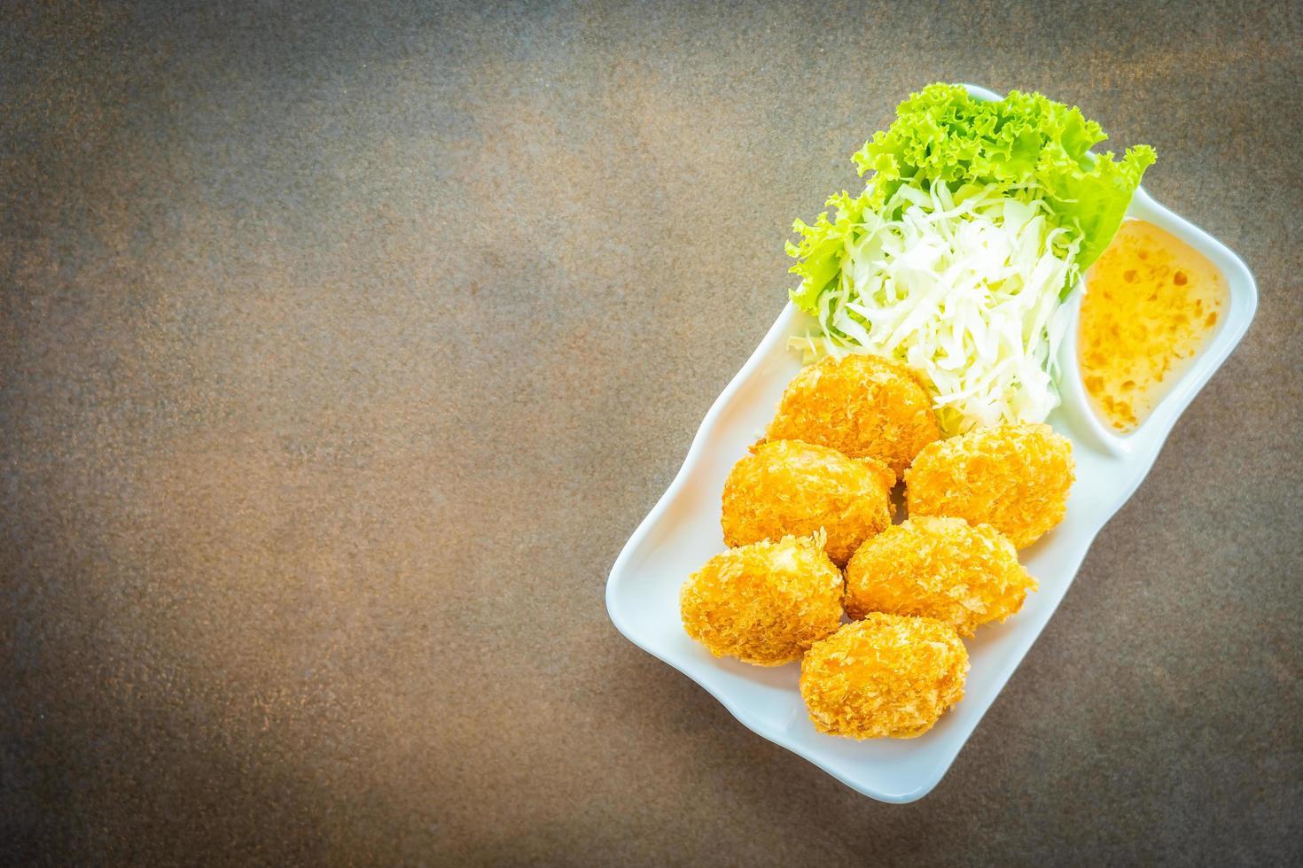 pastel de camarones fritos o bola con vegetales foto