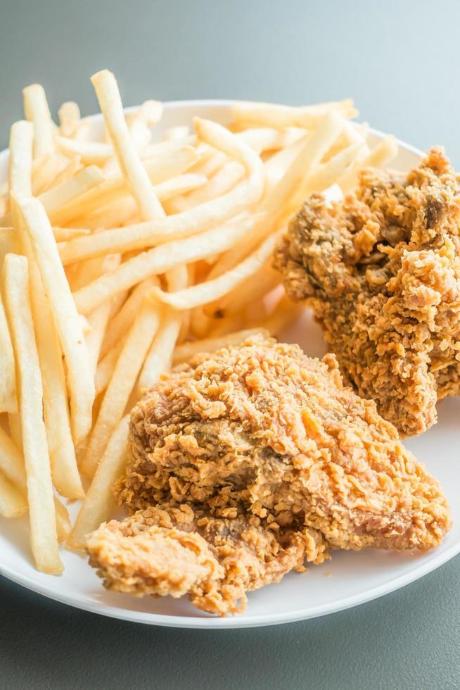 papas fritas y pollo frito foto