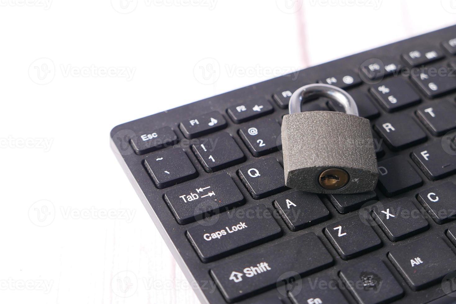 candado en el teclado de la computadora foto