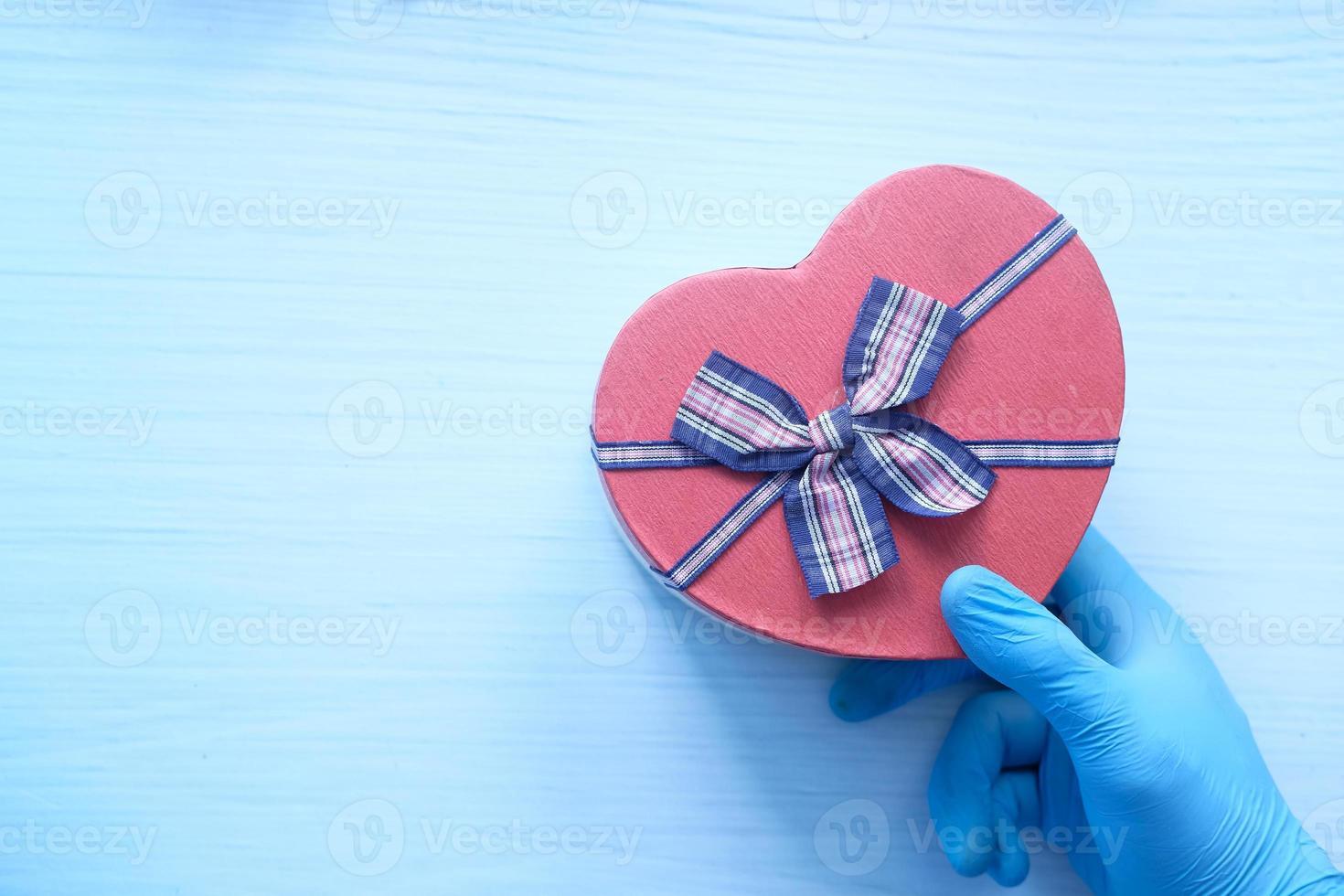 Caja de regalo en forma de corazón sobre fondo blanco. foto