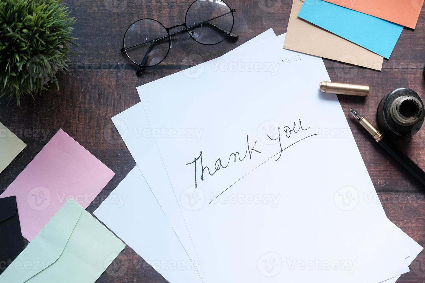 nota de agradecimiento en papel blanco foto