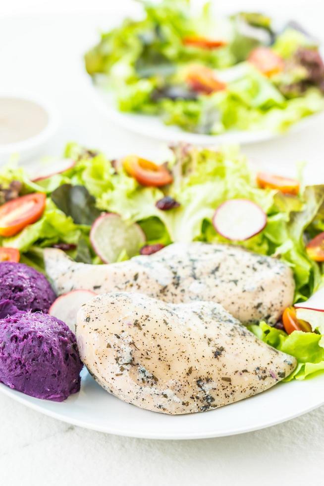 Filete de carne de pechuga de pollo a la parrilla con verduras frescas foto