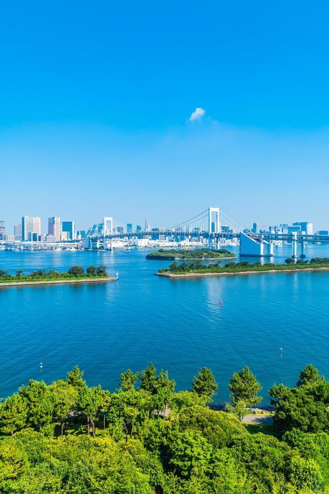 paisaje urbano de la ciudad de tokio con el puente arcoiris, japón foto