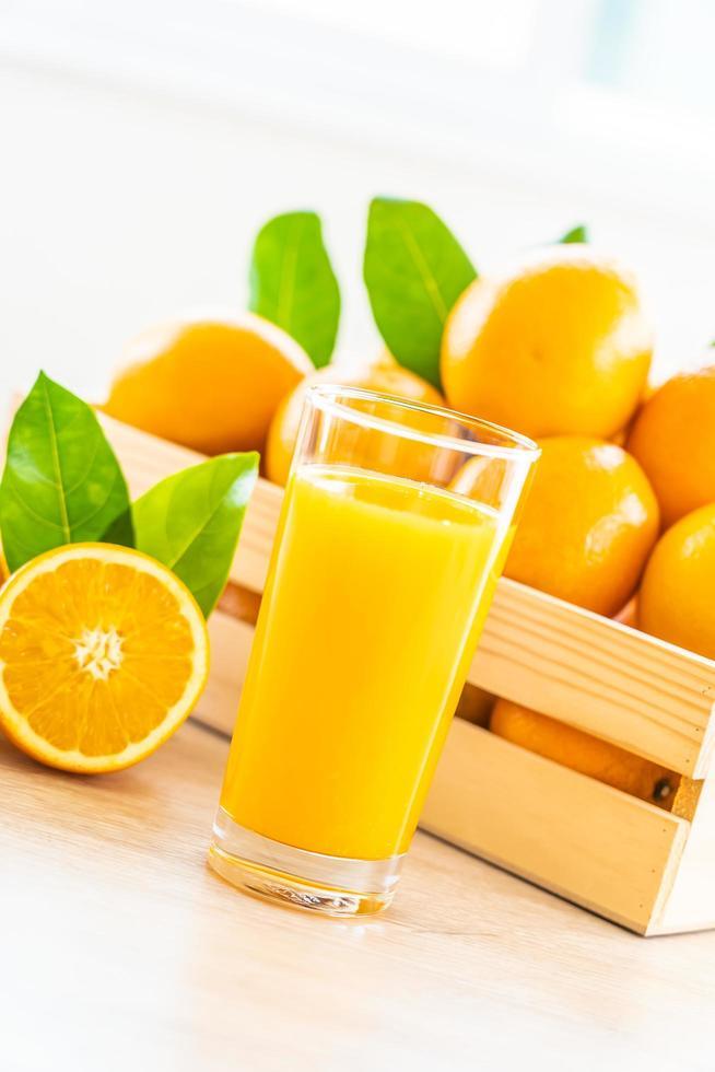 jugo de naranja fresco para beber en botella de vidrio foto