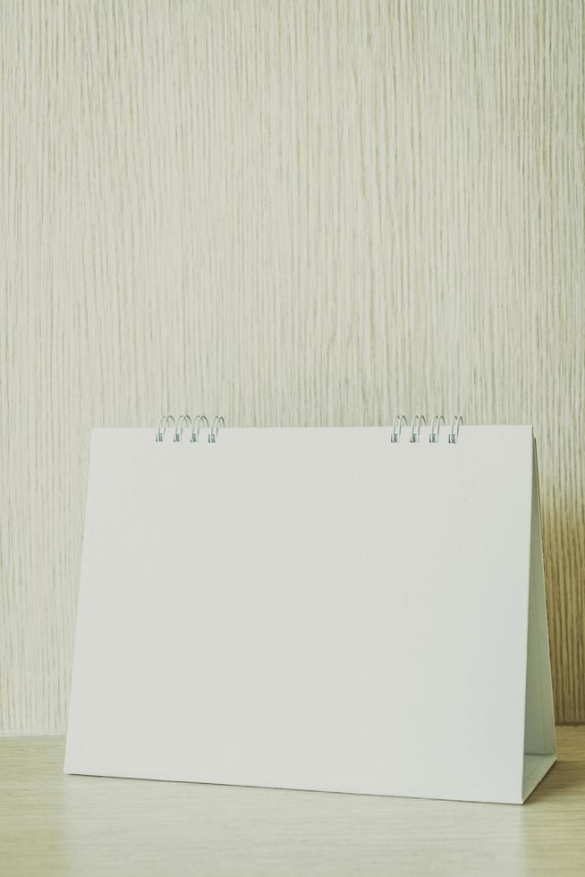 calendario en blanco sobre fondo de madera foto