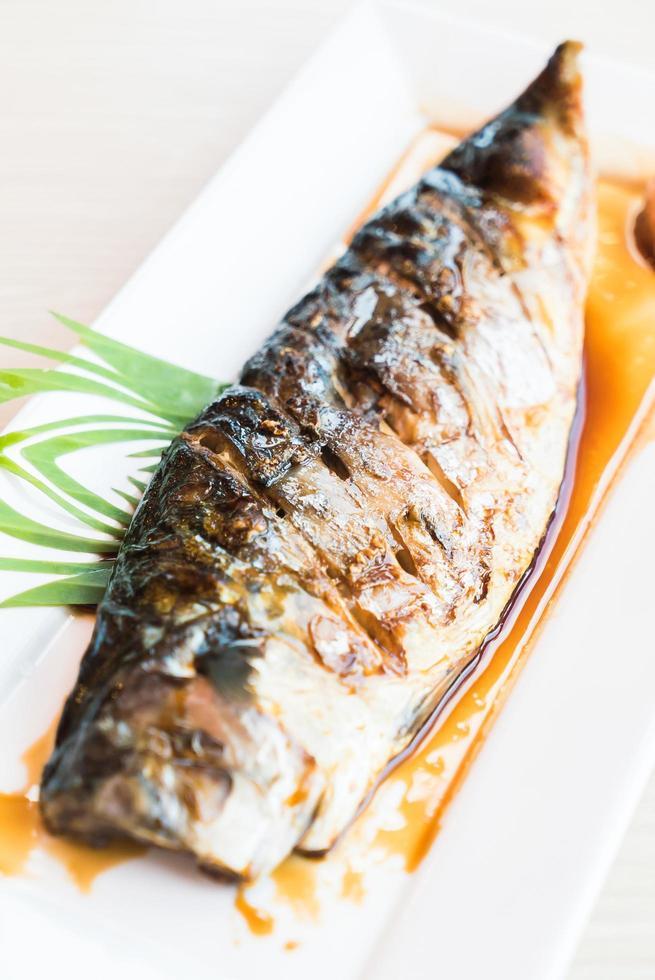 pescado saba a la plancha con salsa dulce negra foto