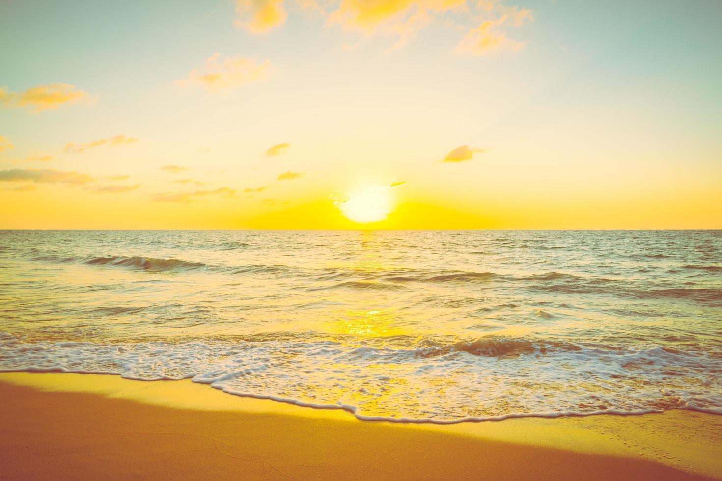 puesta de sol con mar y playa foto
