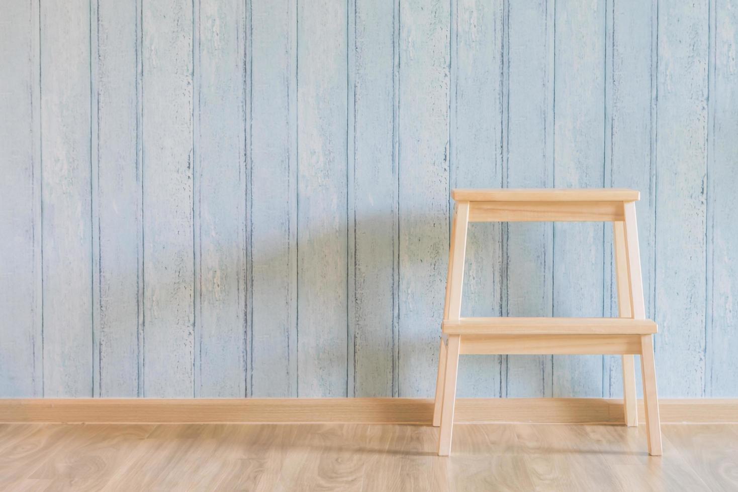 Silla de madera vintage sobre fondo de madera foto