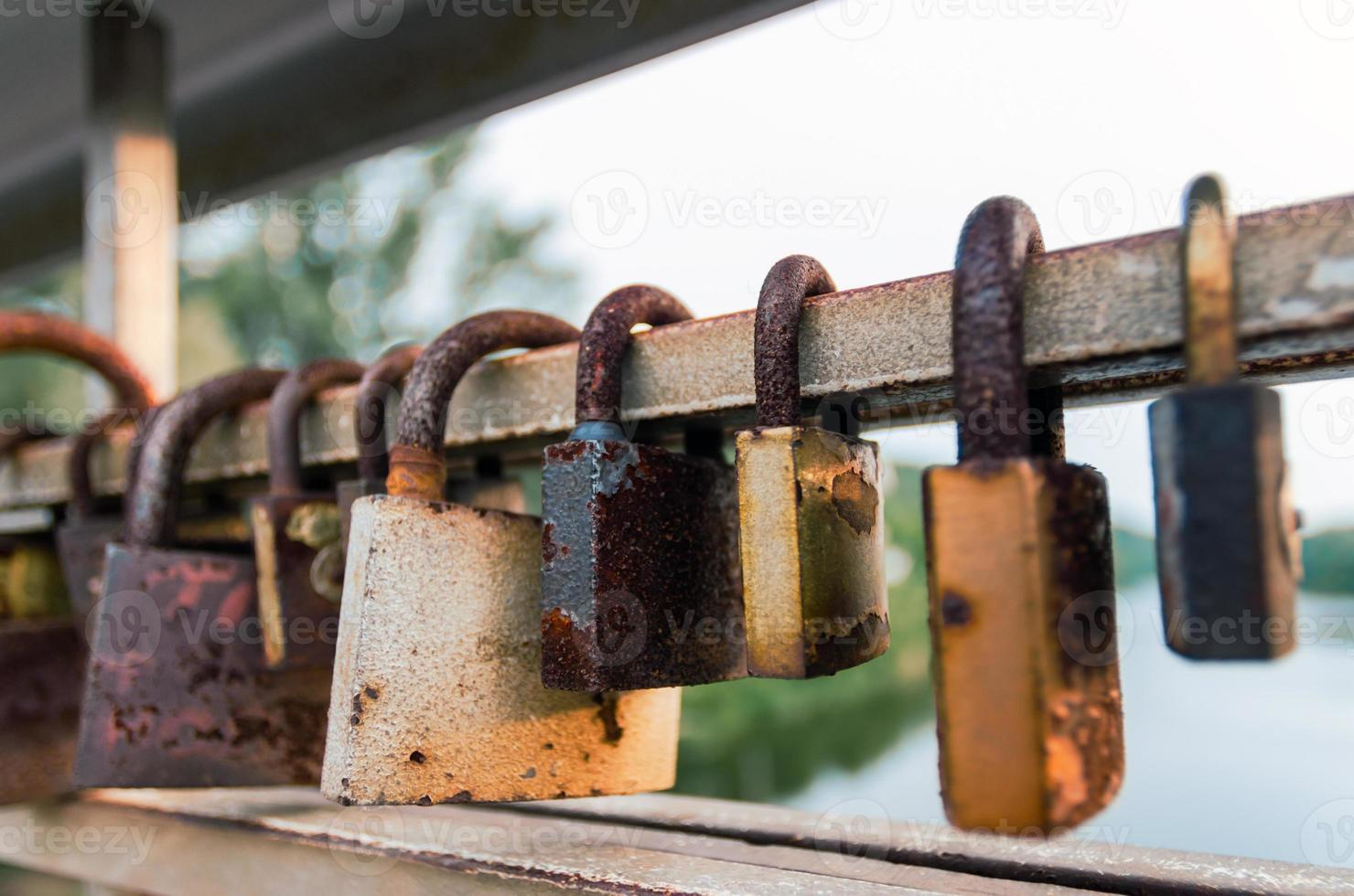 cerraduras oxidadas cerca del agua foto