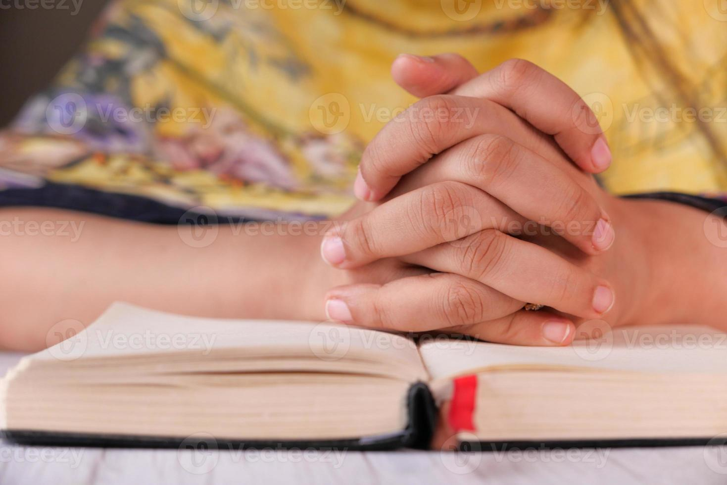 Cerca de las manos de la mujer rezando foto