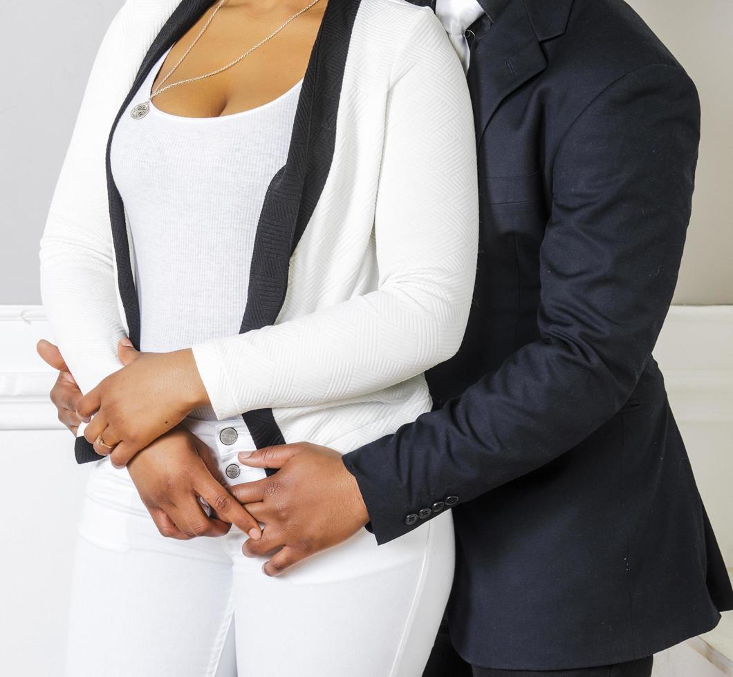 pareja casada abrazando foto