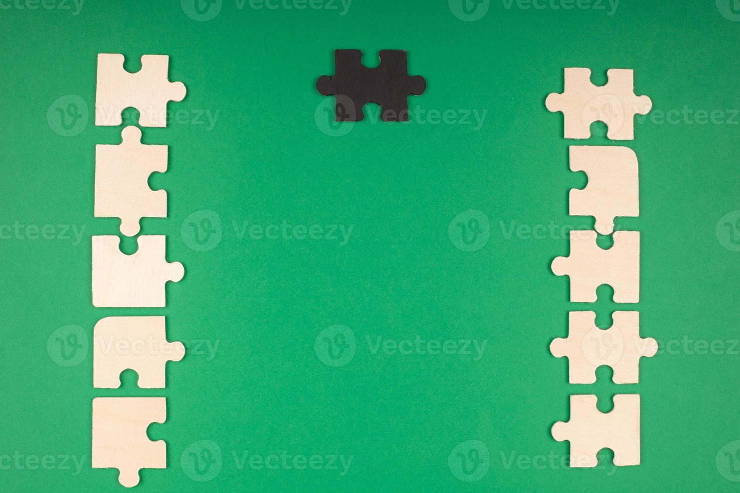 fondo verde con rompecabezas y espacio de copia foto