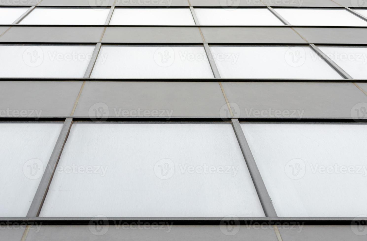 edificio gris con ventanas foto